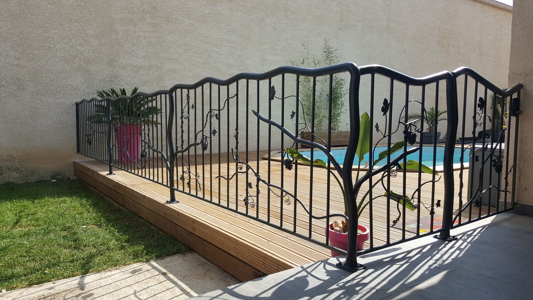 Conception et fabrication complète par notre client d'un garde corps en fer forgé pour protection piscine -  Réalisation à  partir de notre gamme de pièces détachées - Localisation Provence