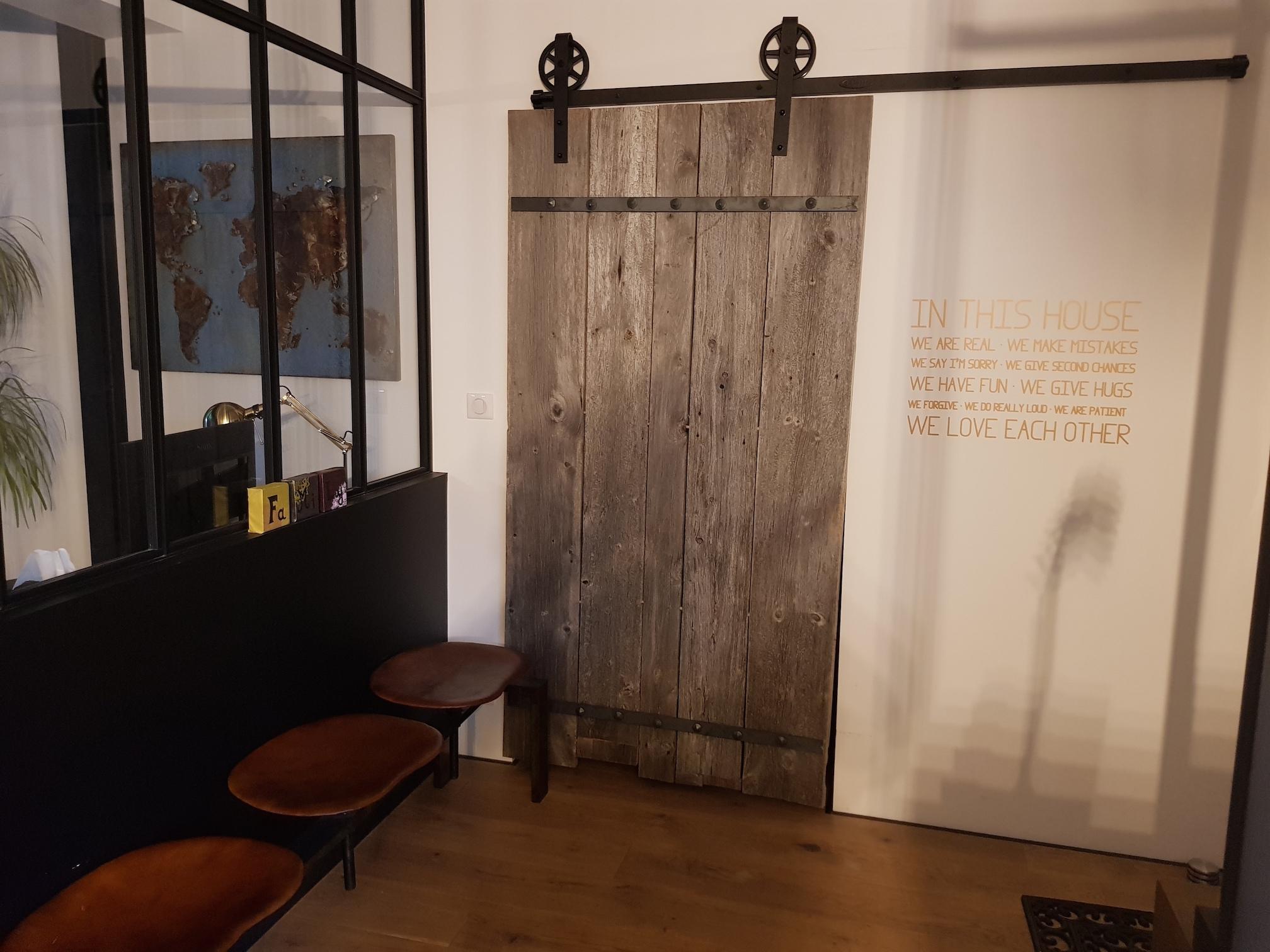 Conception et fabrication complète par notre client d'une porte en bois esprit grange  -  Réalisation à  partir de notre gamme de pièces détachées - Localisation Ile et Vilaine