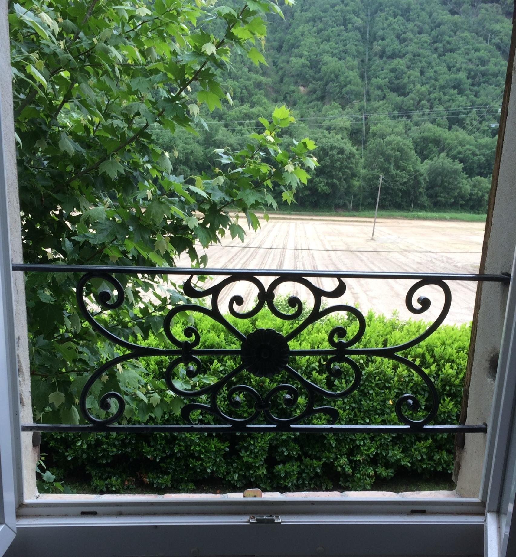 A la demande de notre client nous avons fabriqué sur mesure une  série de garde corps de protection fenètres avec décor de notre gamme . Localisation Alpes de Haute Provence