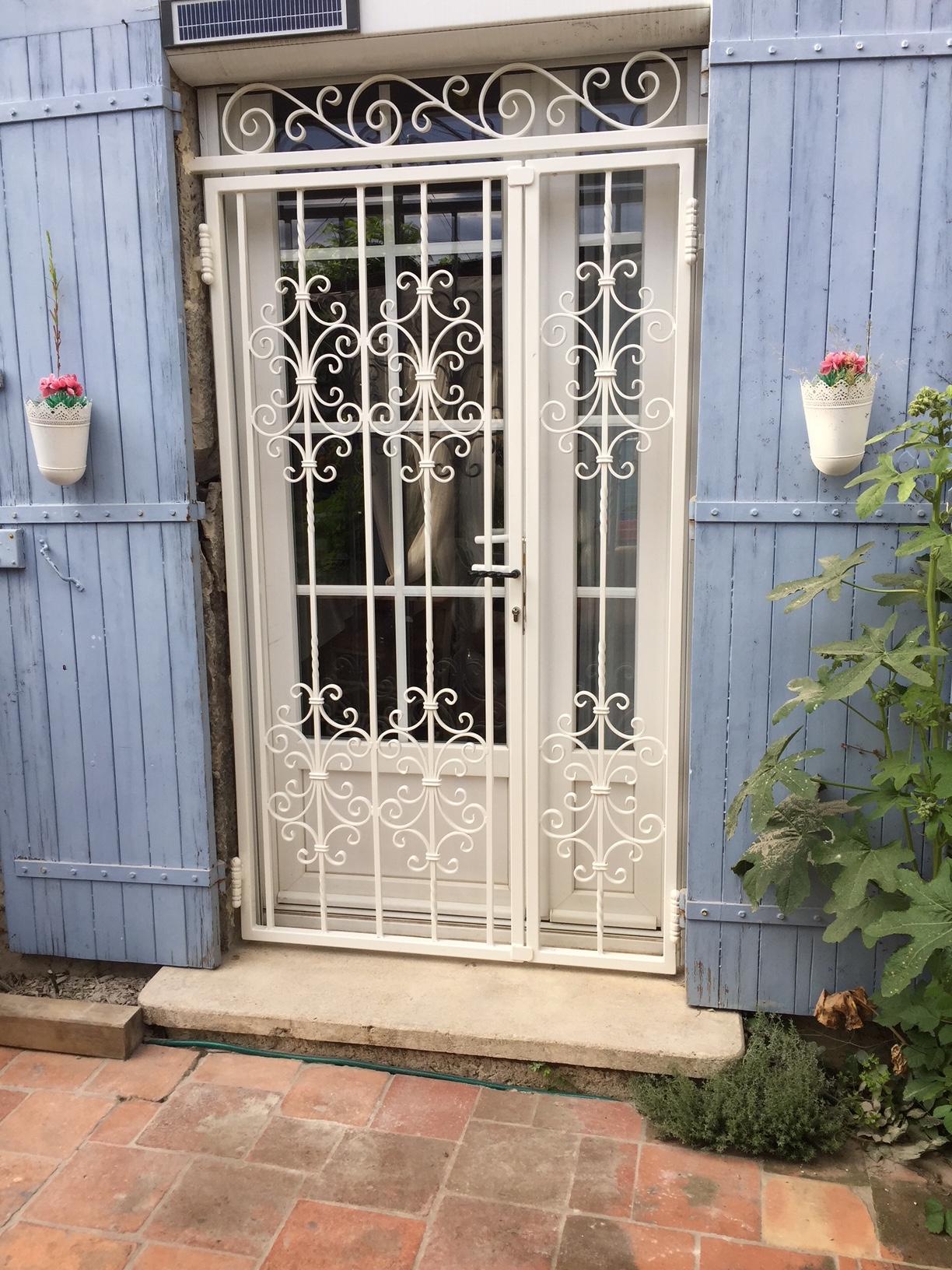 A la demande de notre client nous avons fabriqué sur mesure une grille de protection avec peinture de finition thermolaquée blanc - réalisation avec décors de notre gamme . Localisation Lot et Garonne