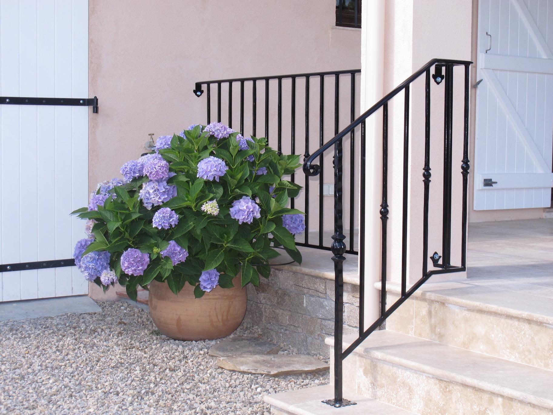 A la demande de notre client nous avons fabriqué sur mesure un garde corps de protection escalier et terrasse avec décors de notre gamme en finition thermolaqué noir . Localisation Var