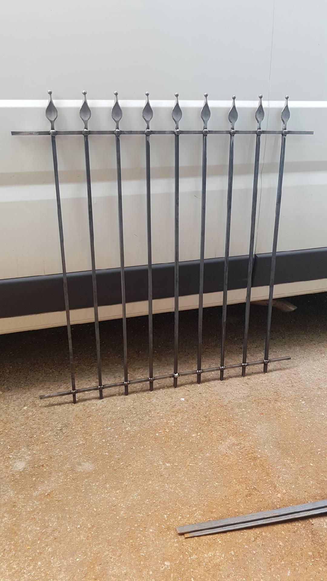 Conception et fabrication complète par notre client d'une grille de défense fixe en fer forgé -  Réalisation à  partir de notre gamme de pièces détachées - Localisation Essonne