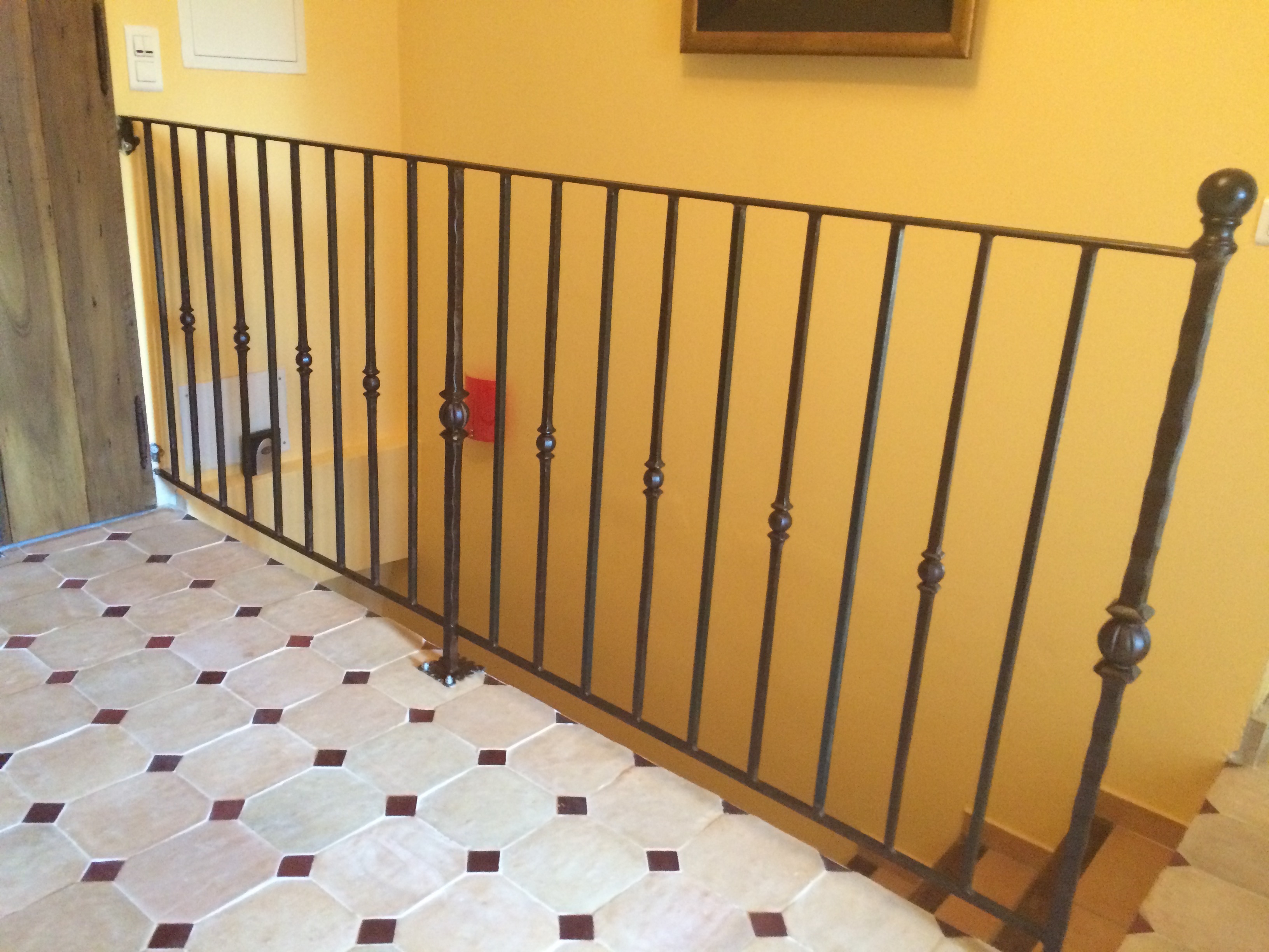 A la demande de notre client nous avons fabriqué sur mesure un garde corps de protection escalier avec décors de notre gamme .Finition au brunisseur par le client . Localisation Ile de France