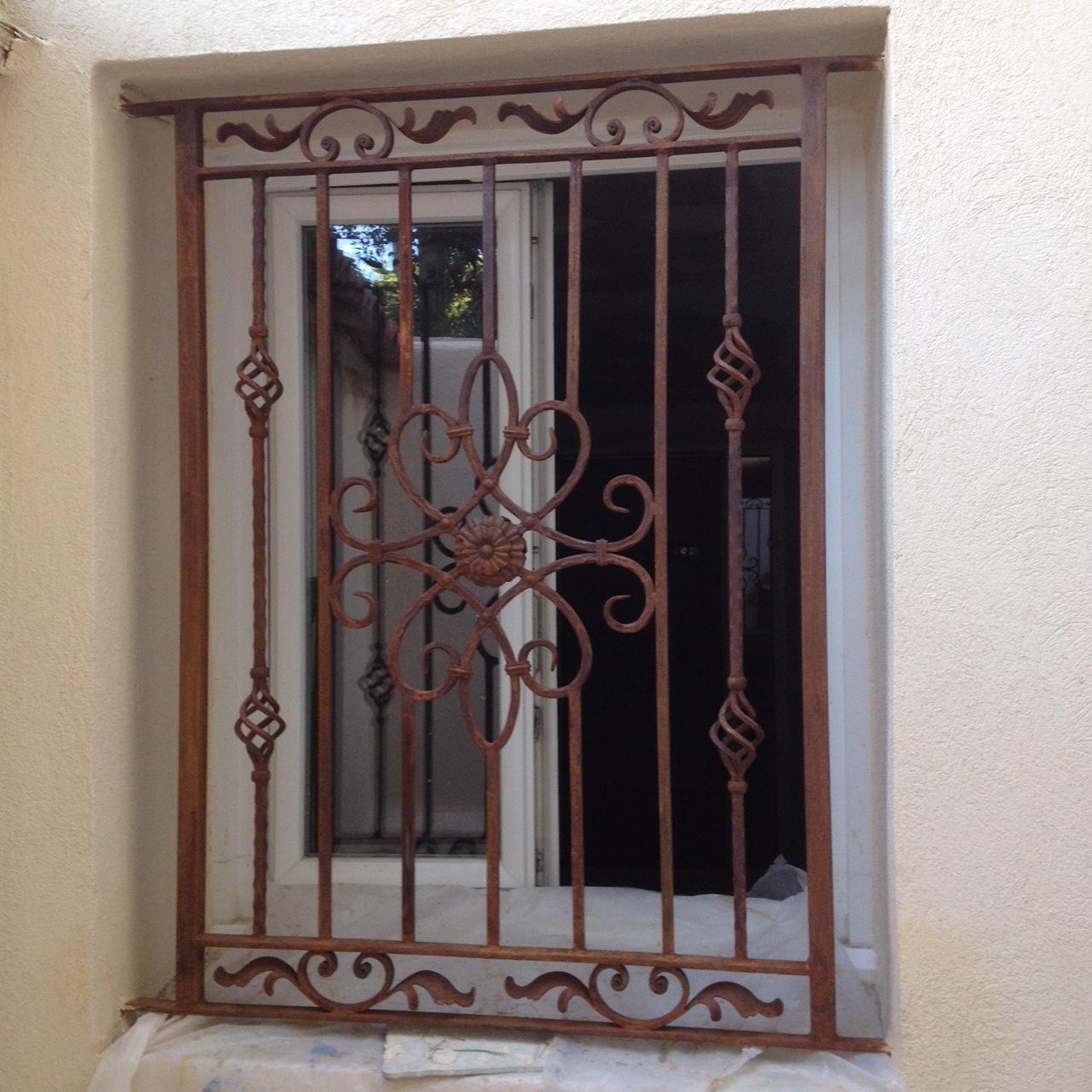 A la demande de notre client nous avons fabriqué sur mesure une grille de protection de fenètre avec effet rouillé vernis - réalisation à partir de notre gamme de pièces détachées . Localisation Provence
