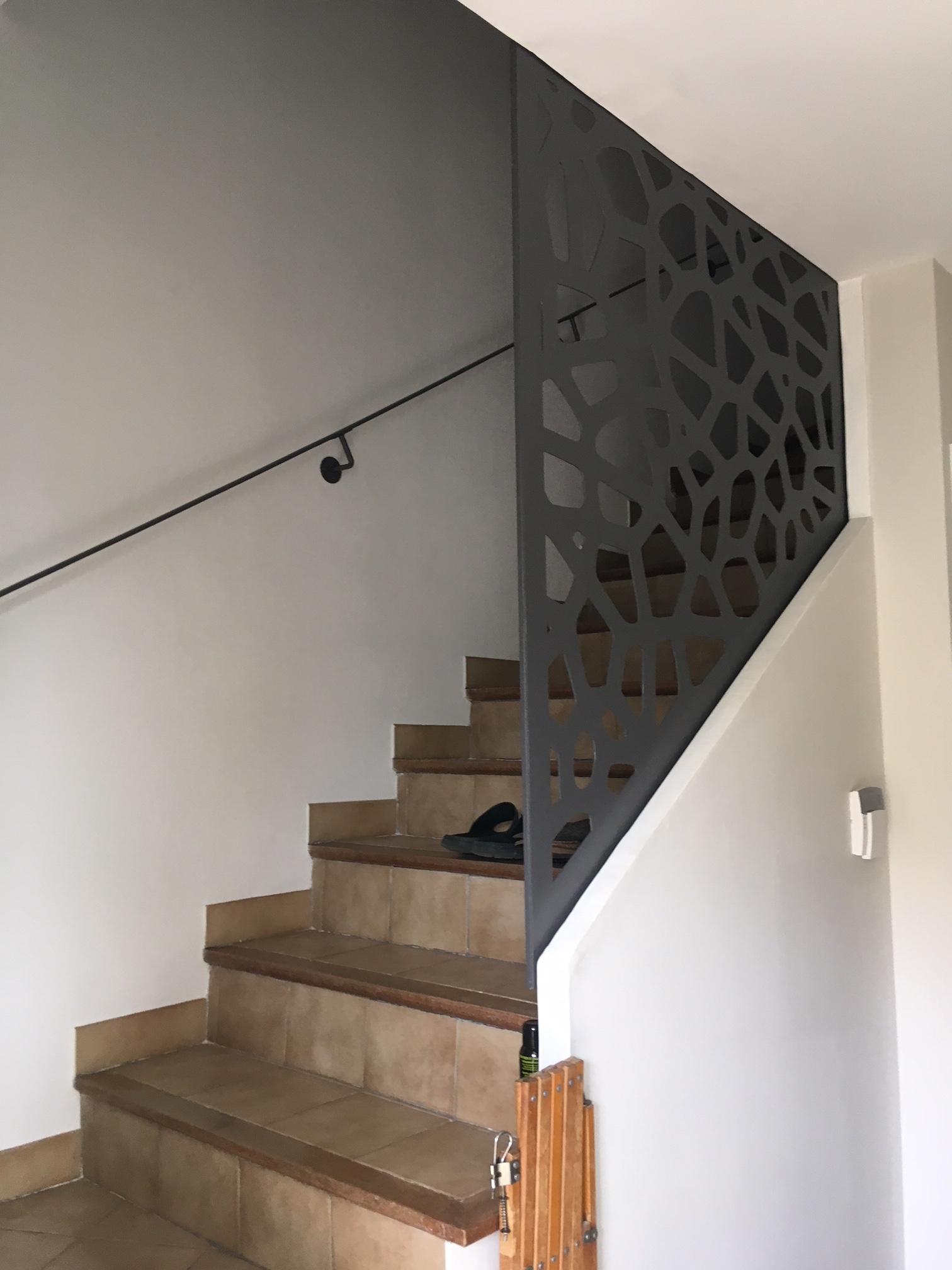 A la demande de notre client nous avons fabriqué sur mesure un garde corps de protection escalier en version découpe laser  avec main courante - réalisation sur plan . Localisation Provence
