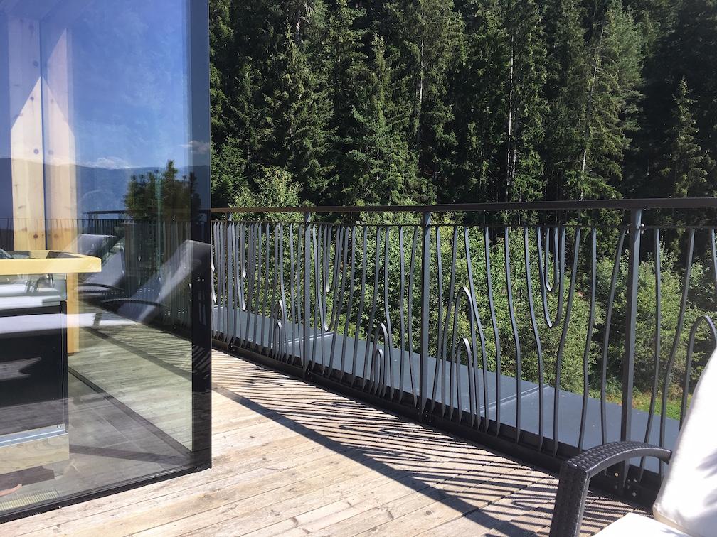 Conception et montage par client de garde corps pour protection terrasse avec panneaux de notre gamme en finition thermolaquage Noir .