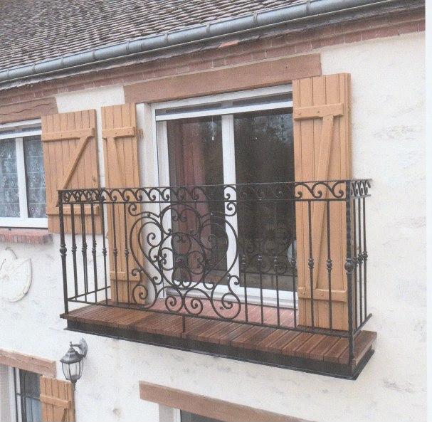 A la demande de notre client nous avons fabrique sur mesure un garde corps de protection balcon avec decors de notre gamme . Localisation Loiret