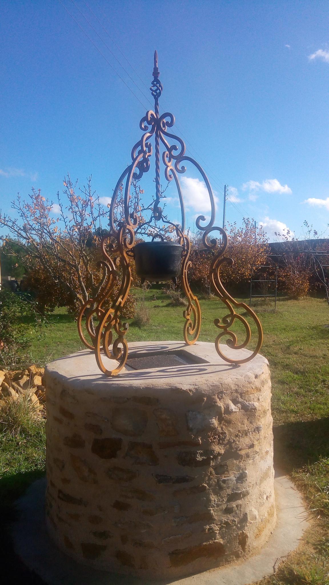 Conception et fabrication complete par notre client d'un dessus de puits en fer forge -  Realisation a  partir de notre gamme de pieces detachees. Localisation Sarthe
