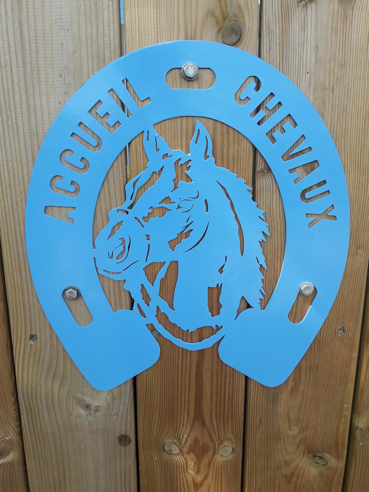 A la demande de notre client nous avons fabrique sur mesure une plaque enseigne accueil chevaux pour des chambres d'hotes le champ'd'or - Localisation 44 St andre des Eaux
