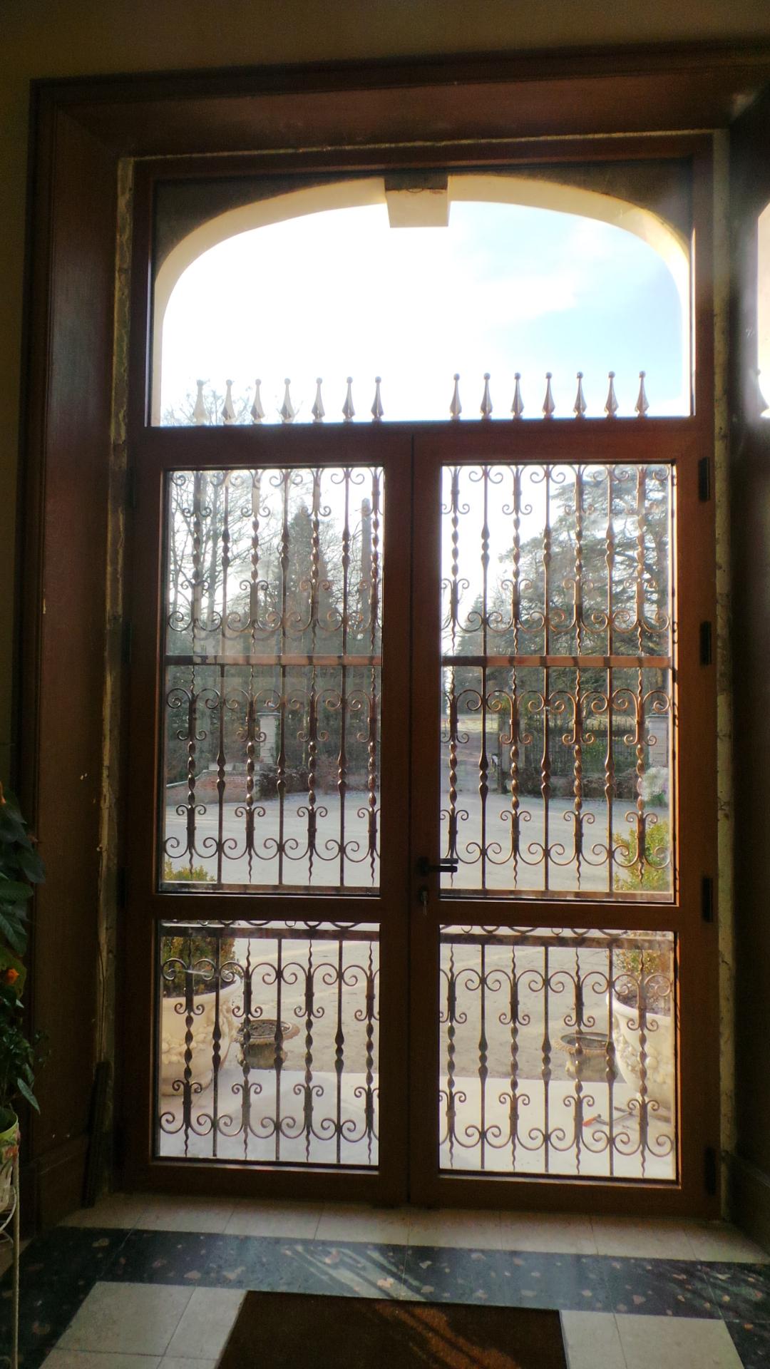 A la demande de notre client nous avons fabrique sur mesure une porte grille fer forge dimensions hauteur 3 m x 2m20 a  partir  de notre gamme de decors fer forge. Localisation Sologne