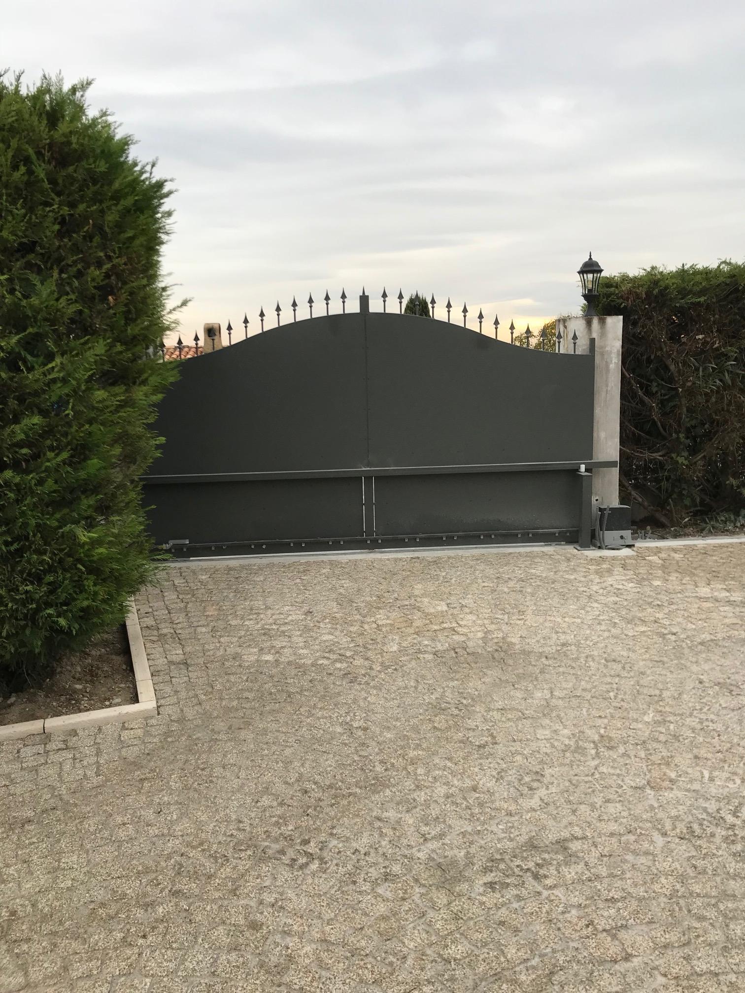 A la demande de notre client nous avons fabrique un portail coulissant de 4 metres de notre gamme standard modele Provence plein avec kit de motorisation 800 kgs et peinture thermolaquee ral 7010 - localisation Alpes Maritimes