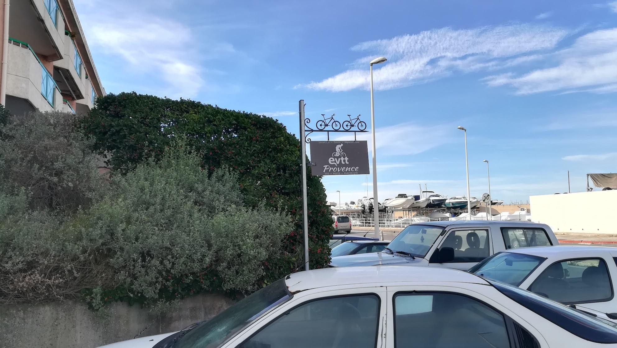 A la demande de notre client vendeur de velos et vtt nous avons fabrique sur mesure un porte enseigne . Localisation Provence