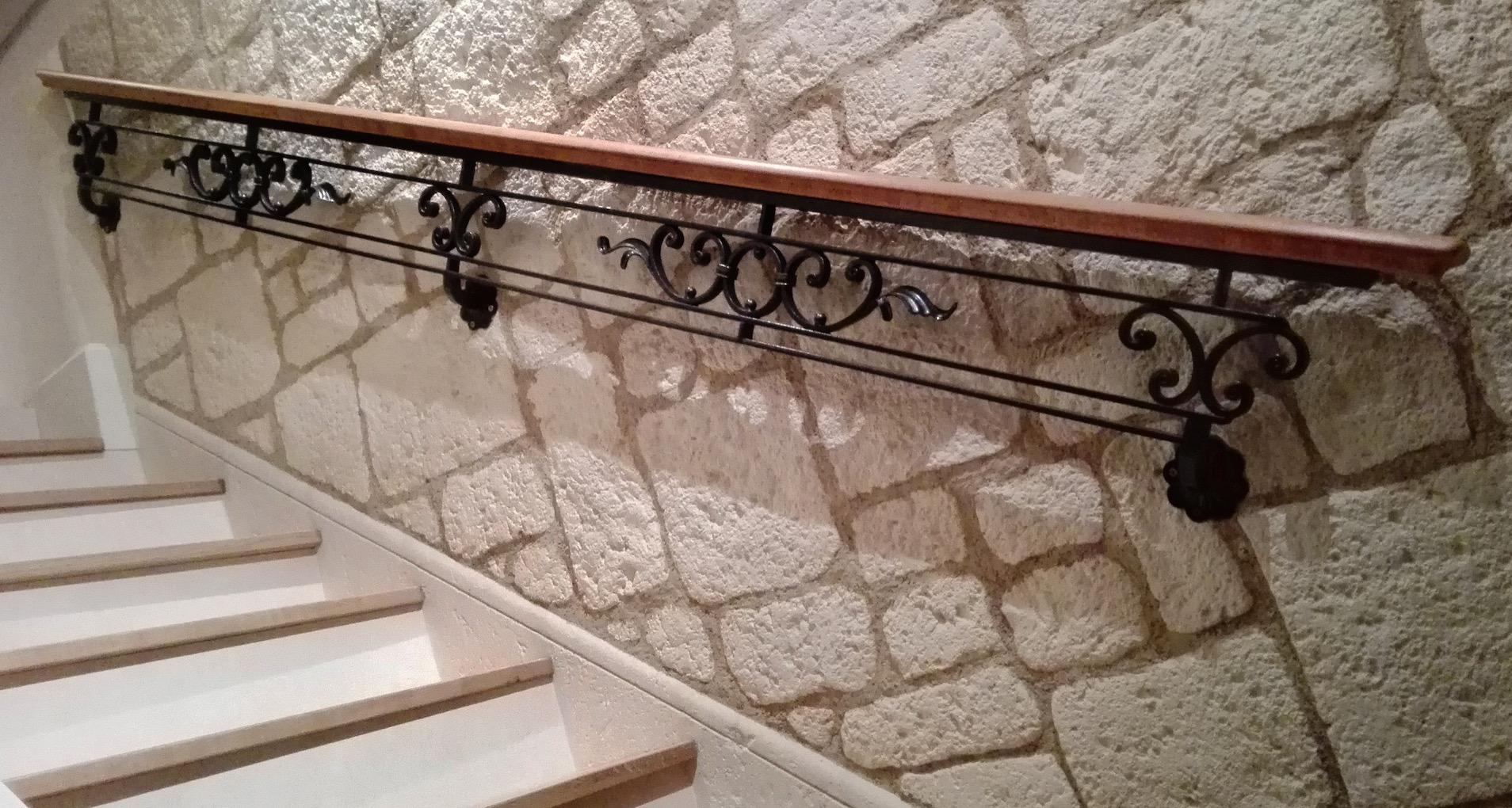 Conception et montage par notre client d'une main courante fer forge et bois avec decors de notre gamme de pieces detachees . Localisation Aveyron