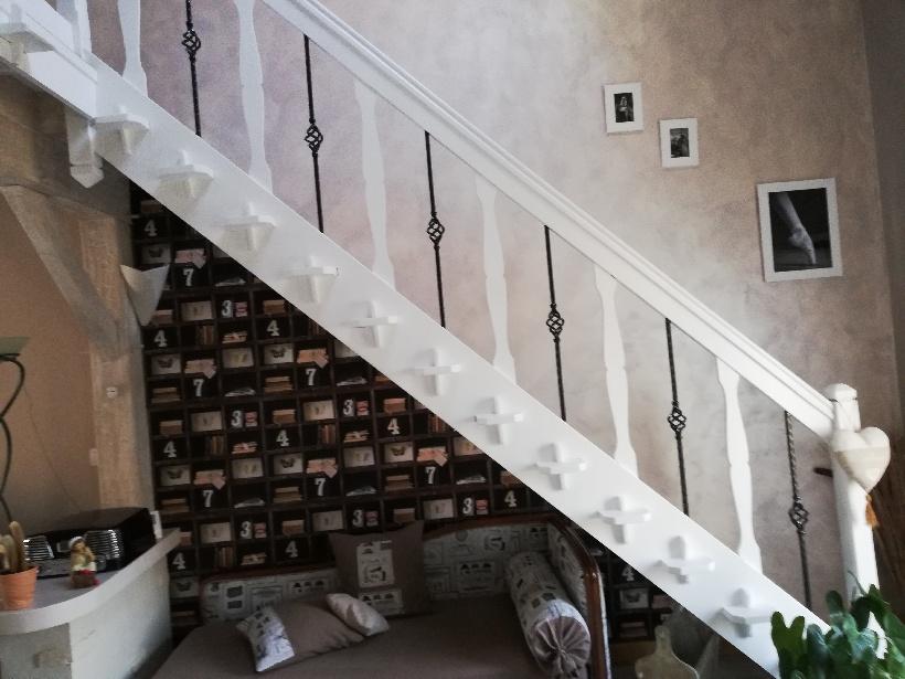 Decoration par notre client d'une rampe d'escalier en variant le bois et le fer forge avec decor de notre gamme de pieces detachees. Localisation Vienne