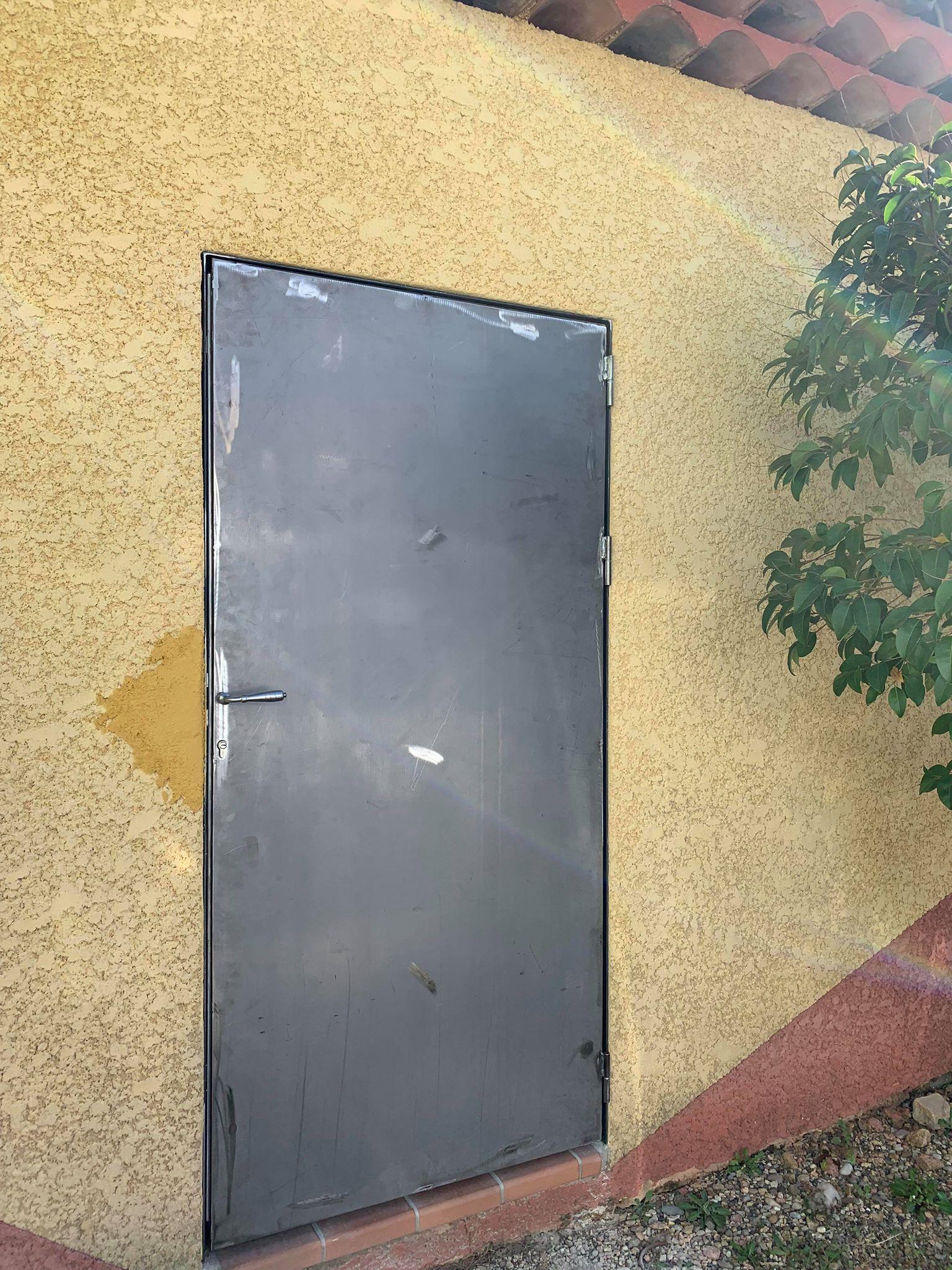 A la demande de notre client nous avons fabriqué sur mesure une porte grille de protection montée sur un cadre cornière avec serrure 3 points intégrée . Localisation Miramas