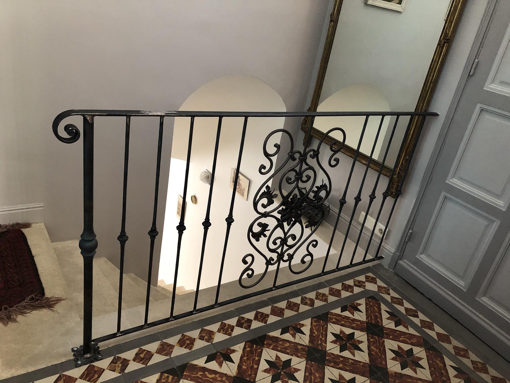 A la demande de notre client nous avons fabriqué sur mesure un garde corps de protection avec decors de notre gamme . Localisation Marseille