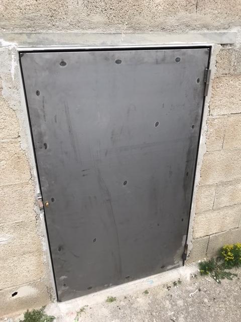 A la demande de notre client nous avons fabriqué sur mesure des portes en version tole sur cadre acier avec serrure type edf  . Localisation Bouches du Rhone