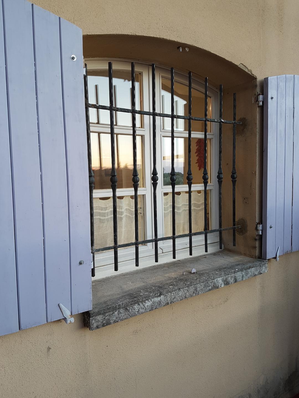 Conception et fabrication complete par notre client d'une grille de défense en fer forgé -  Réalisation a  partir de notre gamme de pieces detachees. Localisation Provence