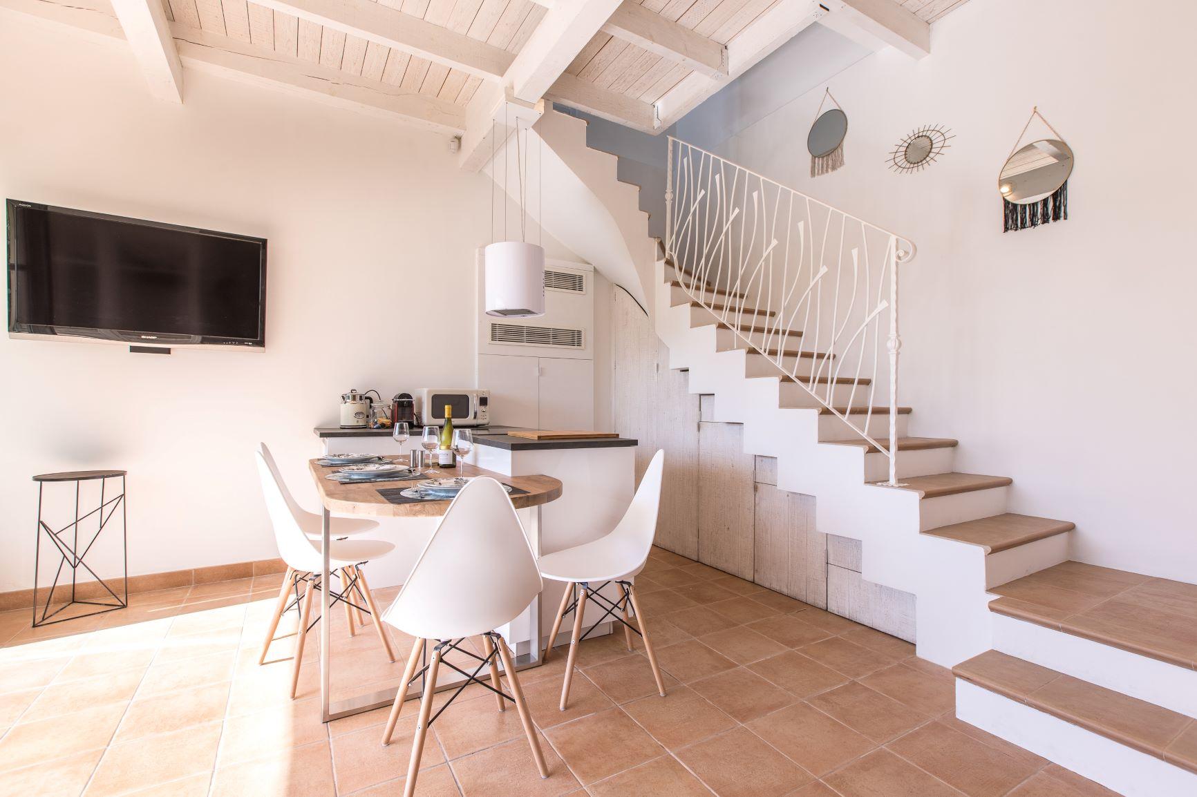 A la demande de notre client nous avons fabriqué sur mesure une rampe pour protection escalier avec decors de notre gamme . Localisation Nice