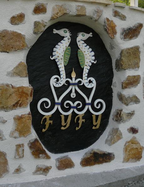 Création originale d'un décor avec un Hyppocampe et des lettres. Peinture réalisée par notre client.