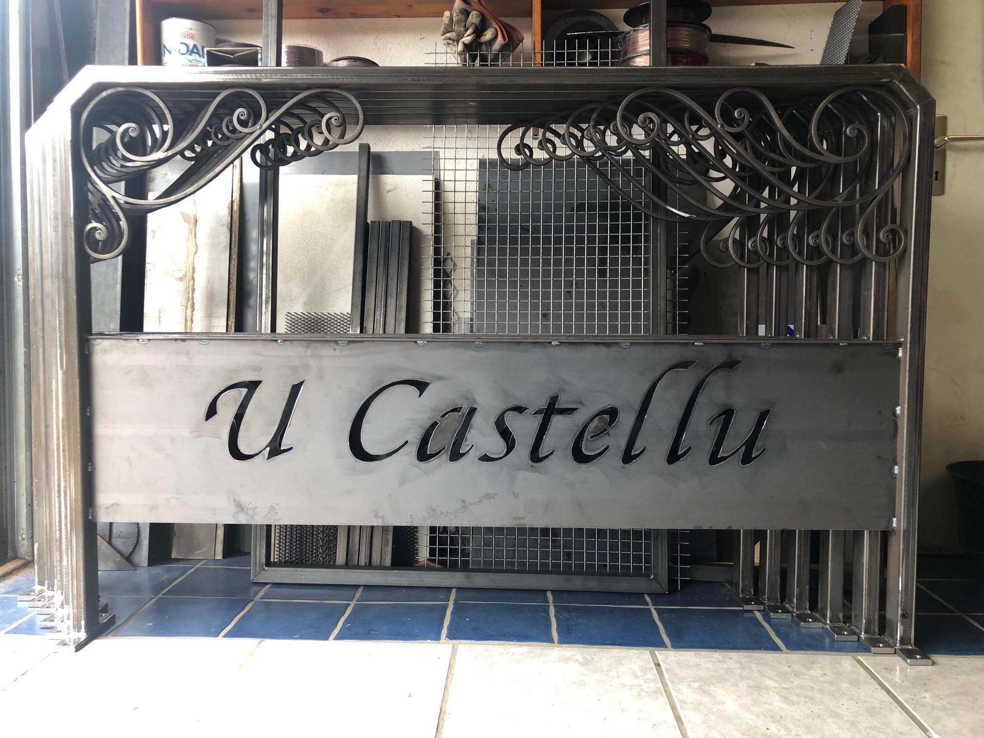 Création et montage complet par notre client d'une série de panneaux enseigne avec décors volutes de notre gamme de pièces détachées - Localisation Corse