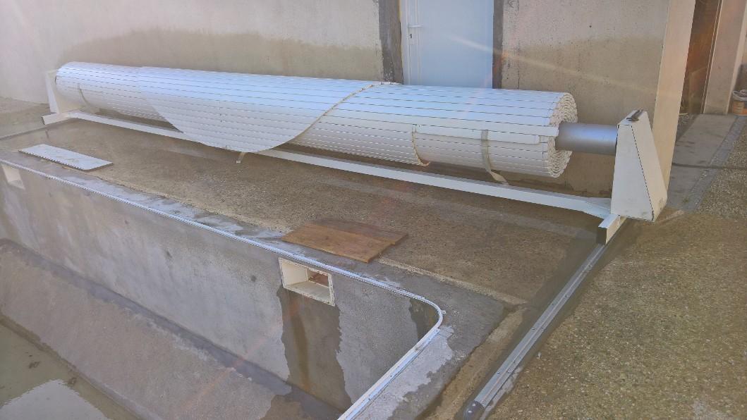 Conception et fabrication complete par notre client d'un sytème coulissant pour enrouleur bache piscine .
