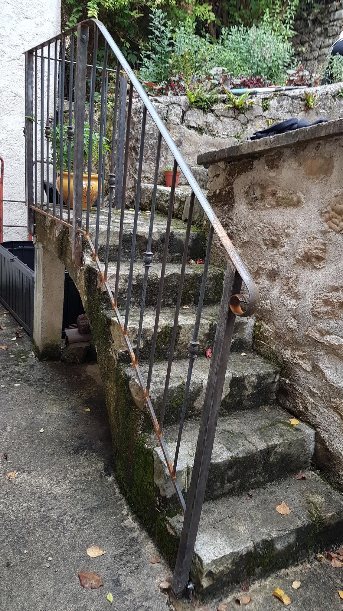 A la demande de notre client nous avons fabriqué sur mesure un garde corps de protection d'escalier avec decors de notre gamme . Localisation  Val d'Oise