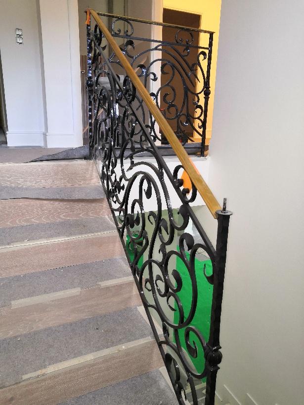 A la demande de notre client nous avons fabriqué sur mesure un garde corps de protection d'escalier avec decors de notre gamme . Localisation  Alpes Maritimes