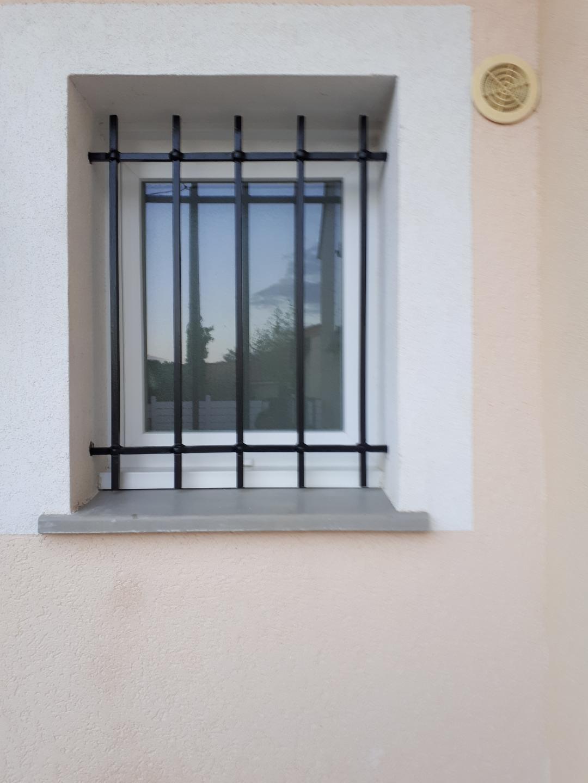 A la demande de notre cliente nous avons fabriqué sur mesure une grille de défense avec decors de notre gamme . Localisation  Drome
