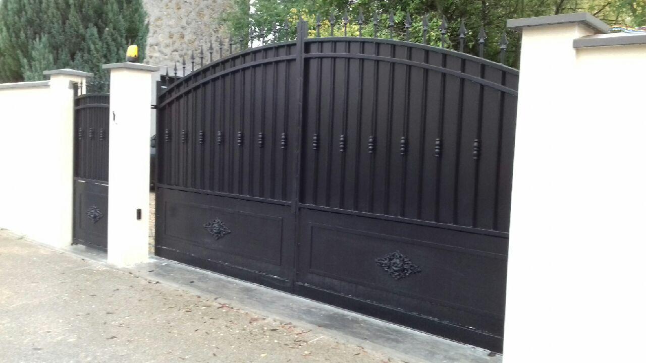 Portail coulissant modèle Provence long 4 m et portillon provence de notre gamme standard en finition thermolaqué noir - Localisation Marne