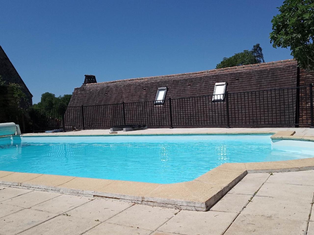 Montage et installation complète par notre client d'un garde corps pour piscine réalisation à partir de notre gamme garde-corps sans soudure finiiton galvanisé et peint .