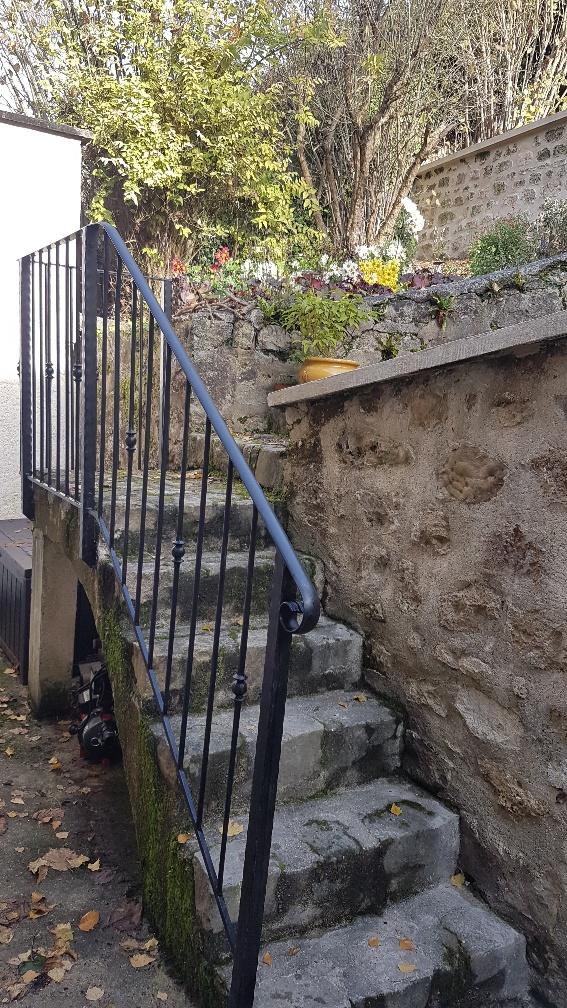A la demande de notre client nous avons fabriqué sur mesure un garde corps de protection d'escalier avec decors de notre gamme en finition  hammerit noir  Localisation  Val d'Oise
