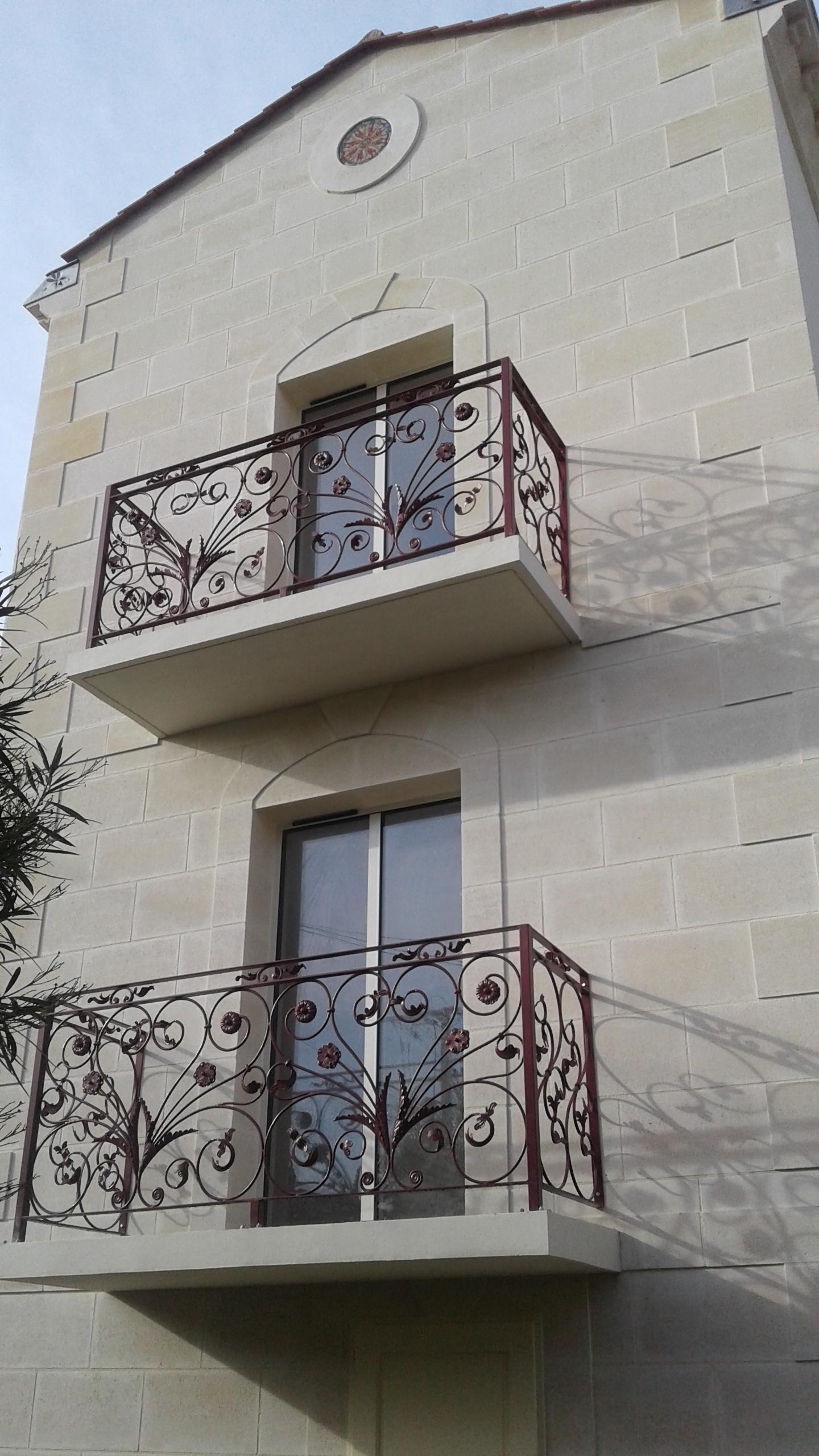 A la demande de notre client nous avons fabriqué sur mesure deux garde corps de protection balcon avec décors de notre gamme en finition  thermolaque ral 3005  - fabrication avec montage à visser par le client sans soudure -  Localisation  Gironde