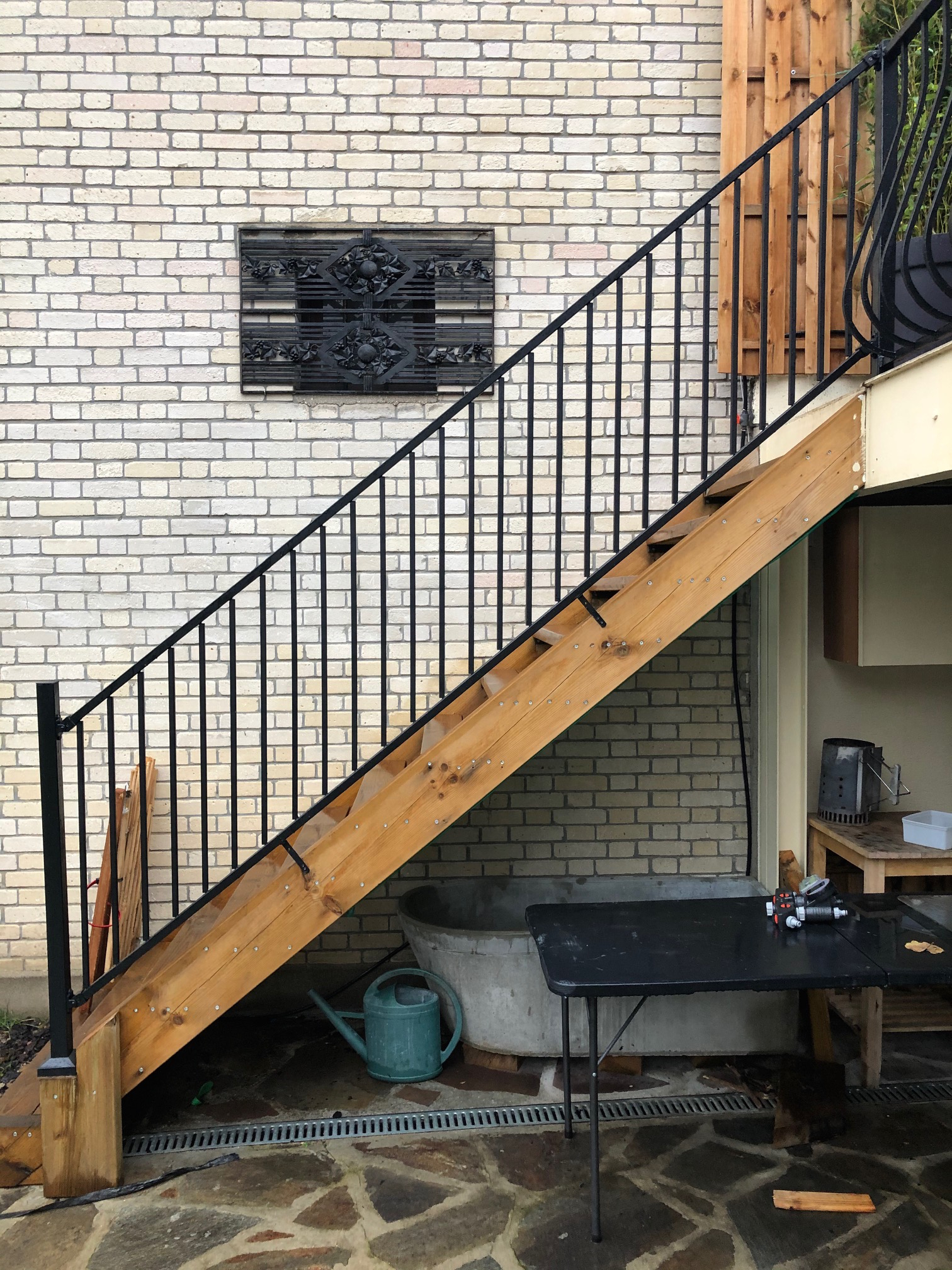 Montage et installation complète par notre client d'un garde corps pour  protection escalier réalisation à partir de notre gamme garde-corps sans soudure finiiton galvanisé et peint . Localisation Seinet et Marne
