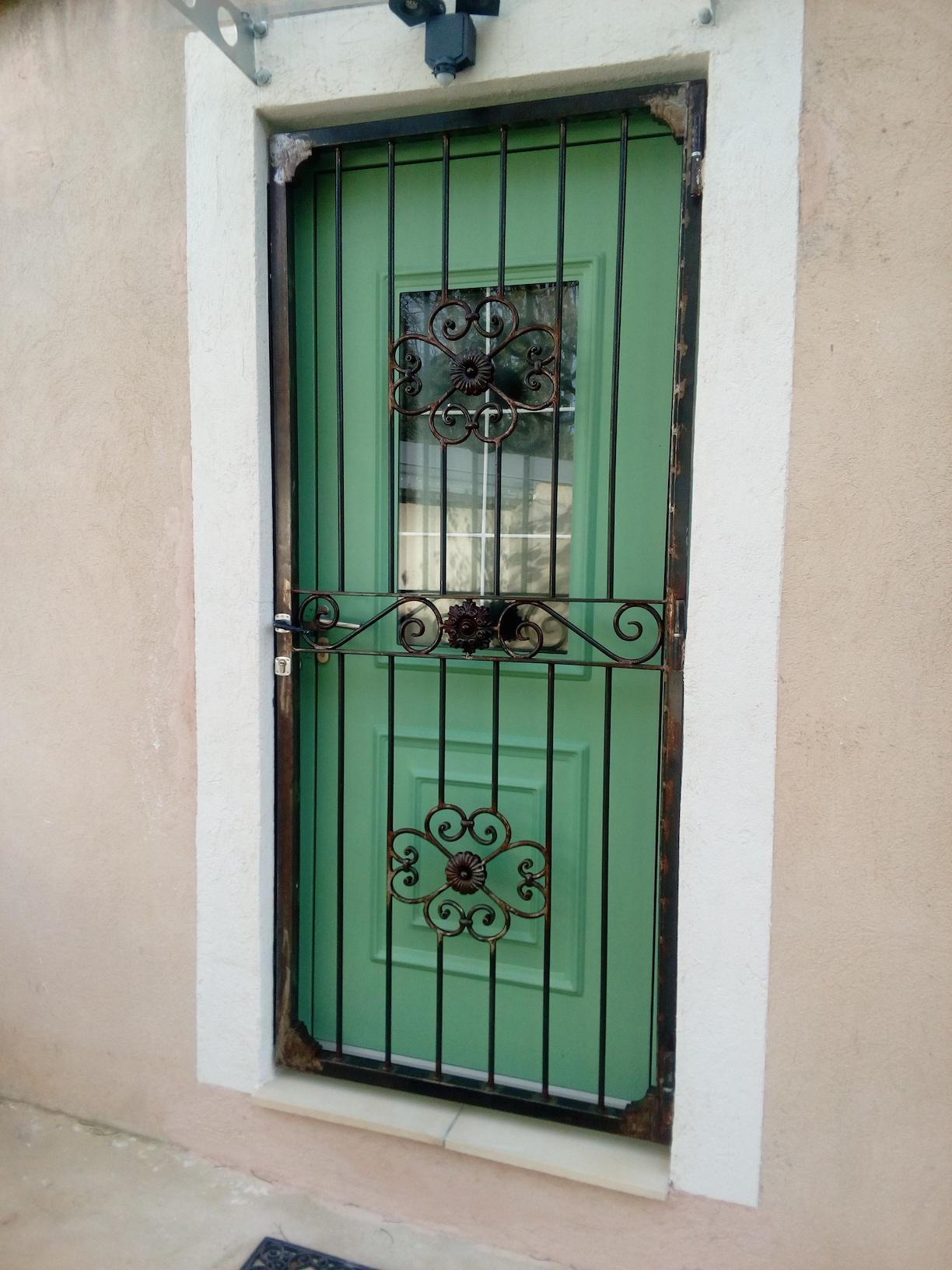 Conception fabrication et installation complete par notre client d'une porte grille fer forgé rélalisée à partir de norte gamme de pièces détachées aevc serrure 3 points . Localisation Marseille