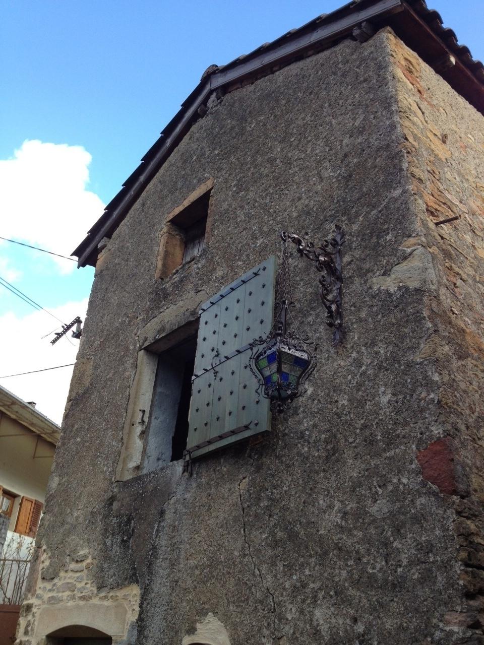 <b>Porte enseigne médiéval</b> qui sert de support de fixation pour lampadaire.