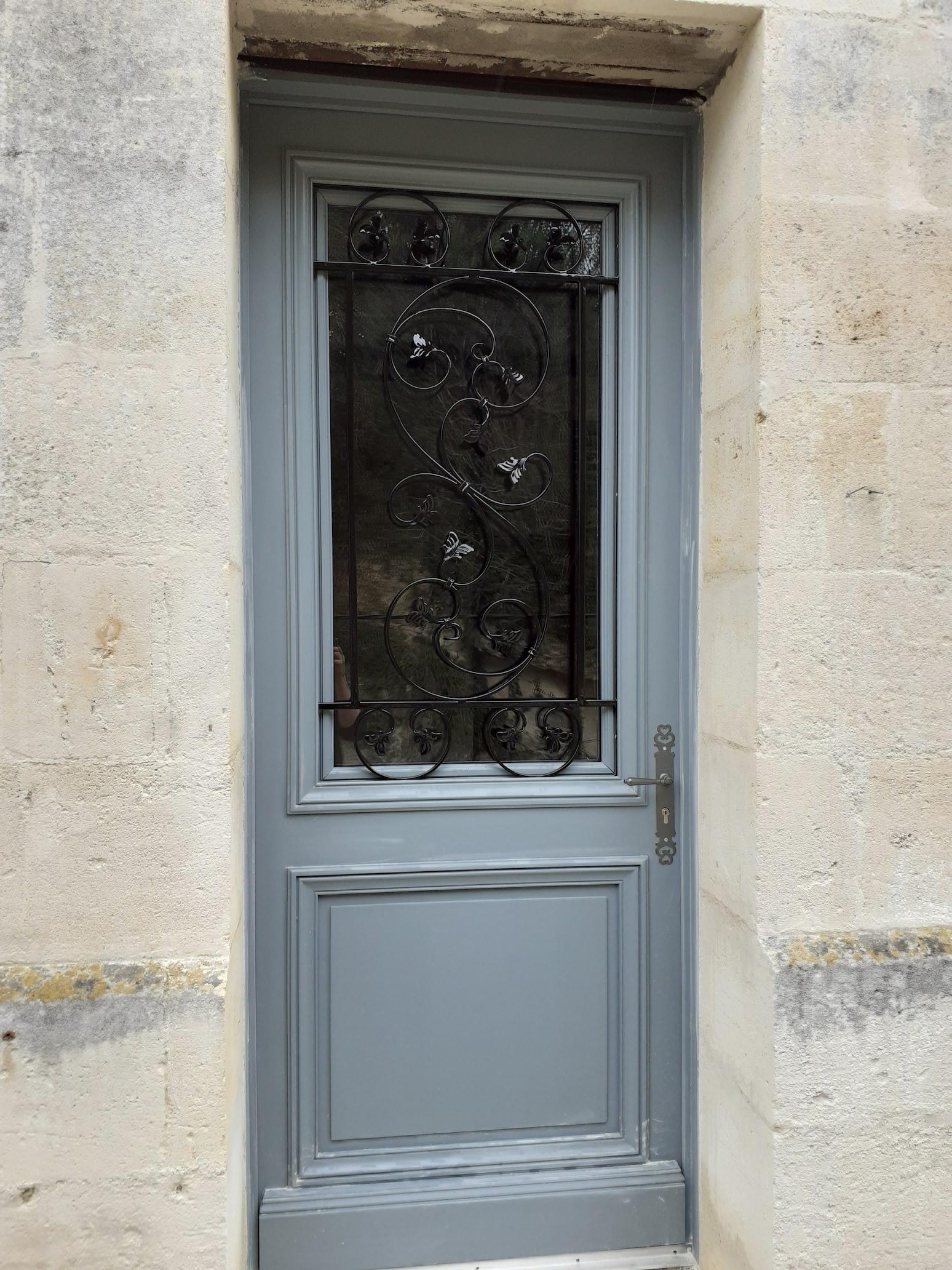 A la demande de notre client nous avons fabriqué sur mesure une grille de protection de porte avec décors de notre gamme finition thermolaquage 3 couches ral 9005. Localisation Gironde