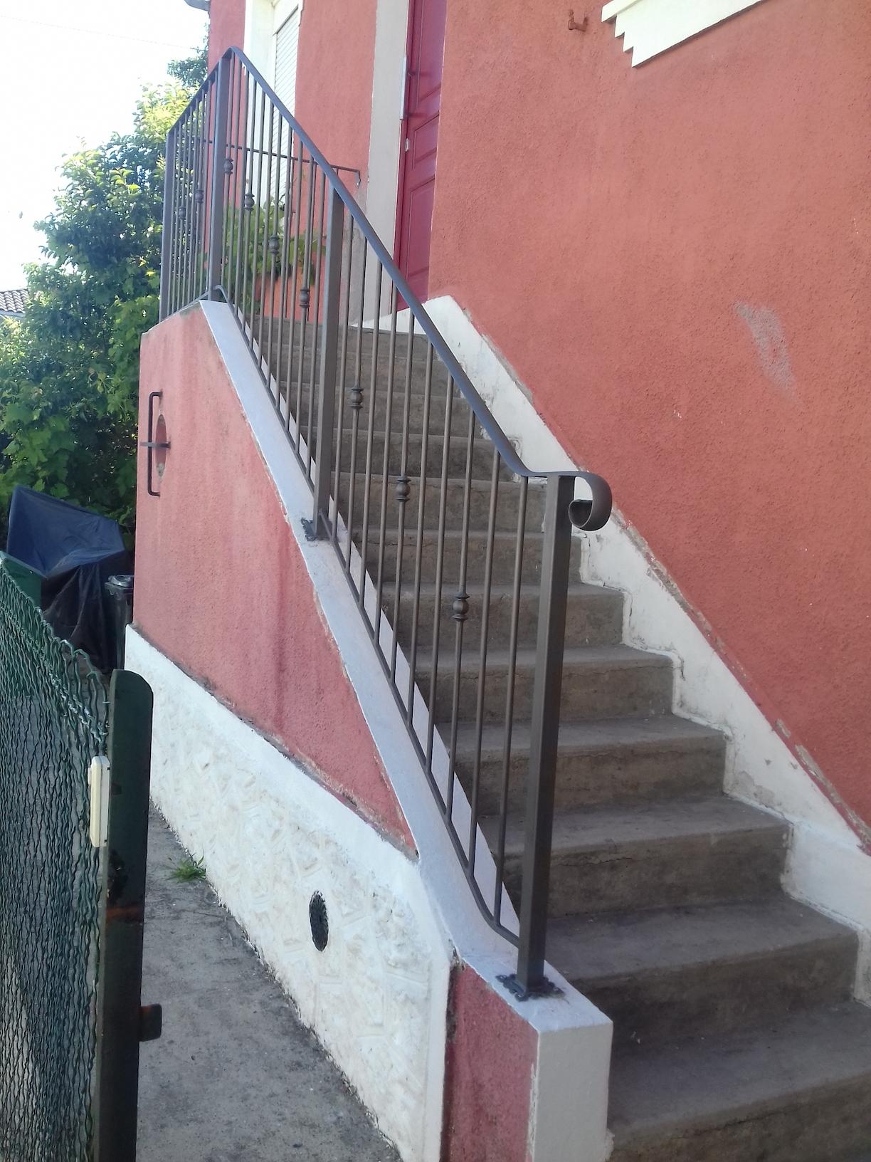 A la demande de notre client nous avons fabriqué sur mesure un garde corps de protection escalier avec décors de notre gamme . Localisation Bordeaux