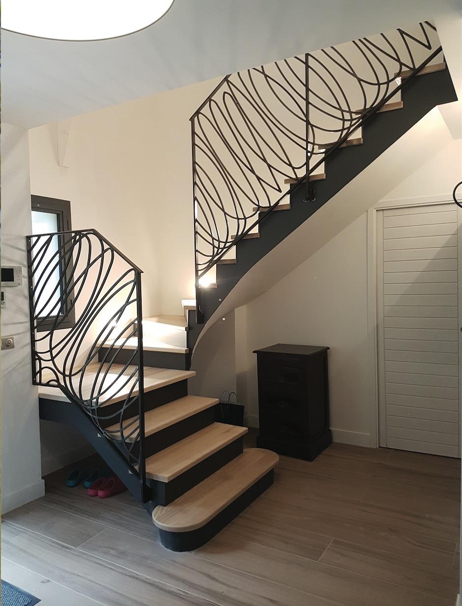 Conception et fabrication complète par client d'un garde corps rampant de protection d'escalier en fer forgé avec décors  panneaux de notre gamme de pièces détachées .