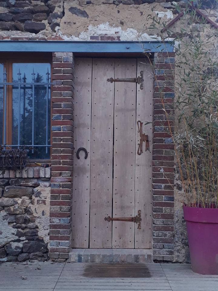 Décoration par notre client d'une porte en bois à partir de notre gamme de pentures en fer forgé :  Localisation  Yonne