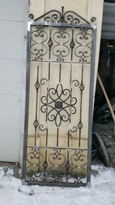 Cette porte grille ouvrante à été réalisée entièrement par notre client et décorée à partir de notre gamme de pièces détachées avec un rapport qualité prix exceptionnel - Localisation Doubs