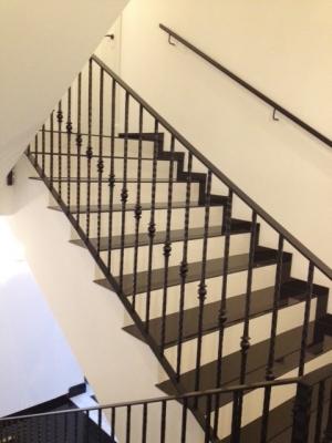 Création et fabrication complète par notre client d'une rampe de protection d'escalier intérieur en fer forgé . Réalisation à partir de notre gamme de pièces détachées.