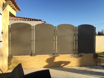A la demande de notre cliente nous avons fabriqué sur mesure une série de panneaux brise vue de protection de fenètres avec decors de notre gamme en finition thermolaquée . Localisation  Vaucluse