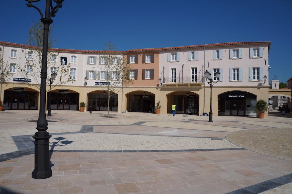 Grand portail à l'entrée du village des marques de miramas
