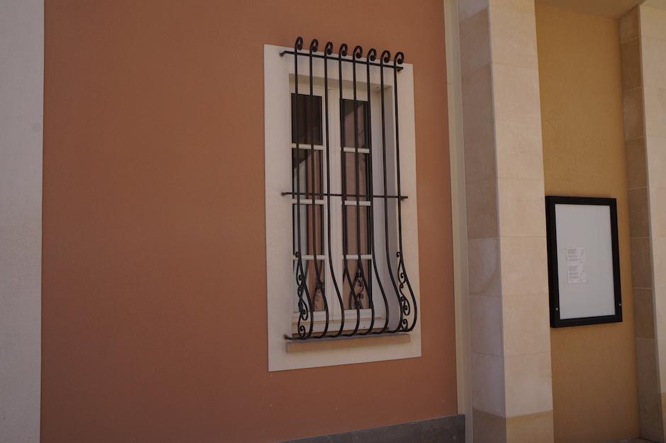 Garde-corps de style provencal en fer forgé au village des marques de miramas