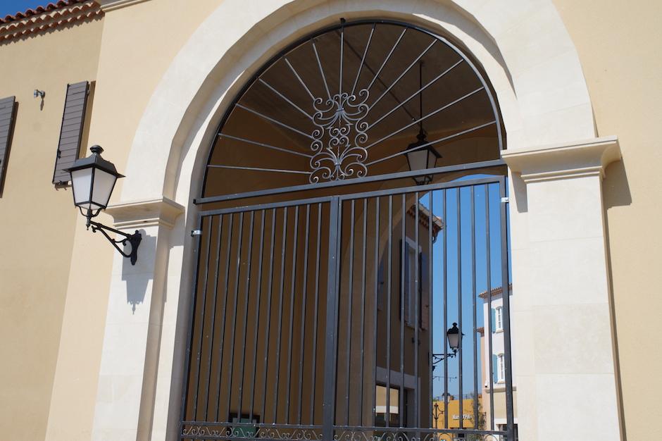 Grille de protection de fenêtre en fer forgé au village des marques de miramas