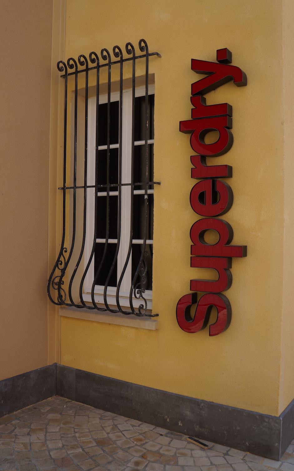 Grille de fenêtre en fer forgé au village des marques de miramas