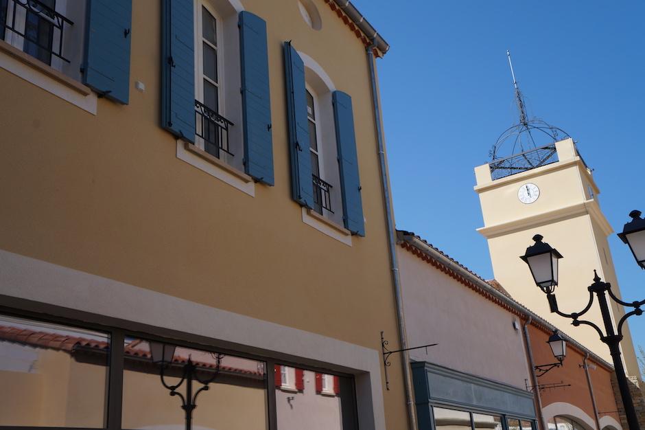 Garde-corps au fenêtre ainsi qu'au clochet au village des marques de miramas