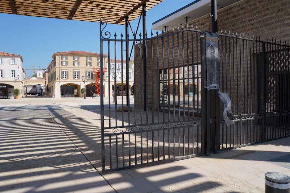 Garde-corps pour fenêtre en fer forgé au village des marques de miramas